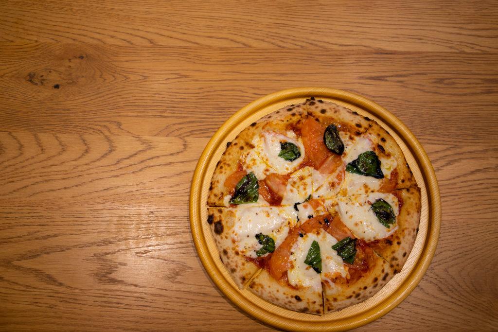 茅ヶ崎おすすめピザ_ナポリの窯茅ヶ崎店商品_トマト多めのマルゲリータ真上から