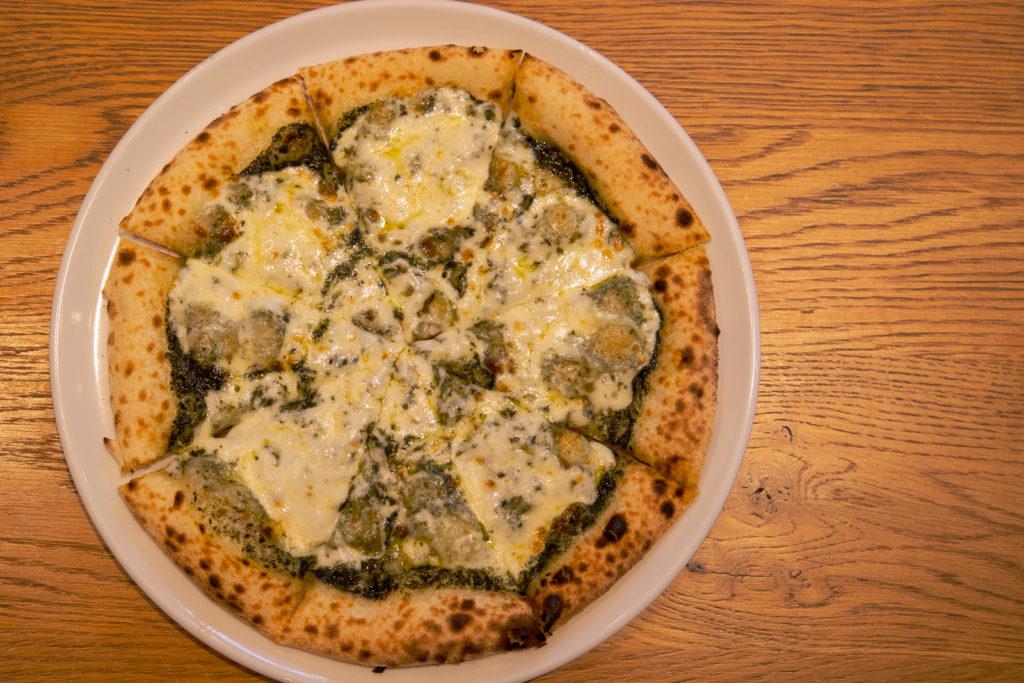 茅ヶ崎おすすめピザ_ナポリの窯茅ヶ崎店商品_バジルとモッツァレラチーズ真上から