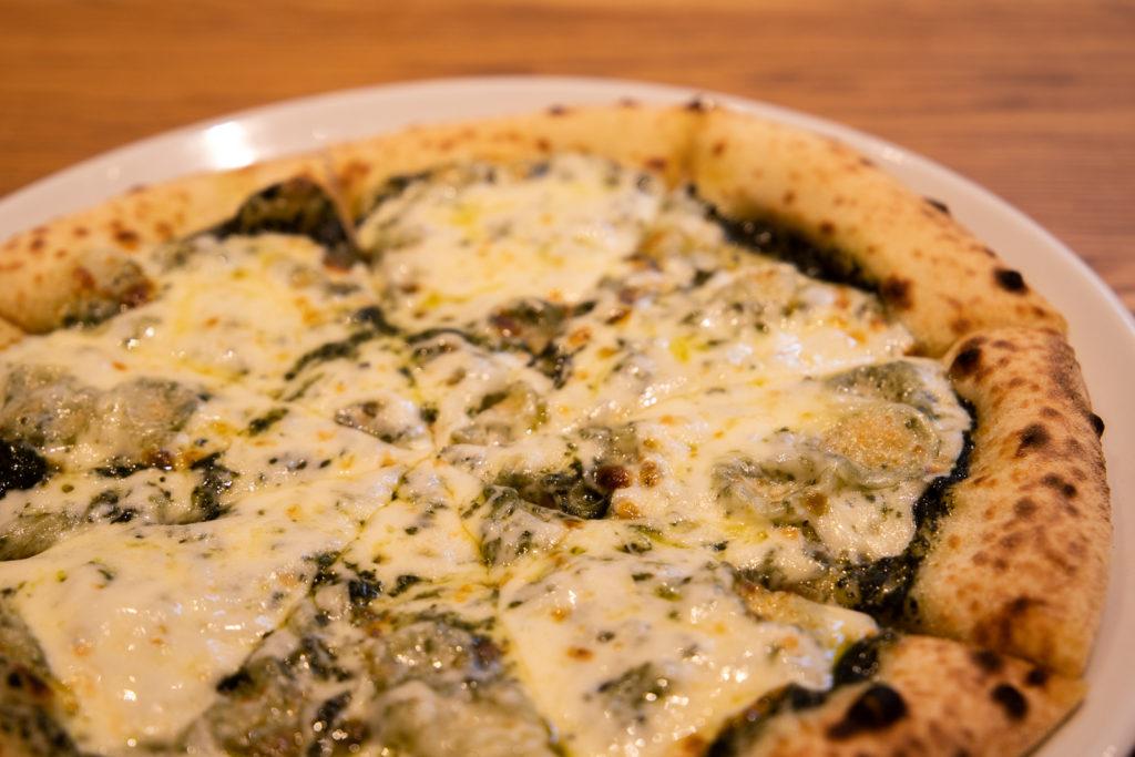 茅ヶ崎おすすめピザ_ナポリの窯茅ヶ崎店商品_バジルとモッツァレラチーズアップ