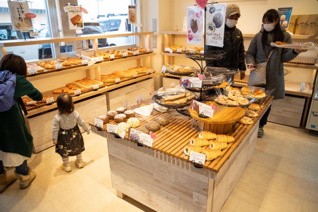 茅ヶ崎おすすめピザ_ナポリの窯茅ヶ崎店店内パン売り場アップ