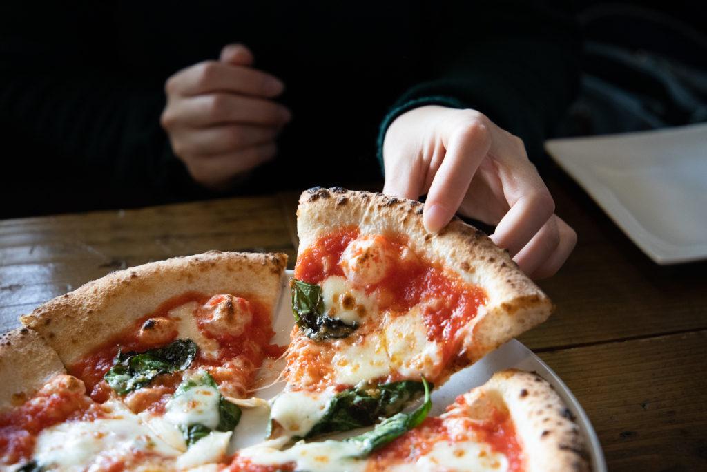 茅ヶ崎おすすめピザ_AGRUME商品_マルゲリータを手に取る